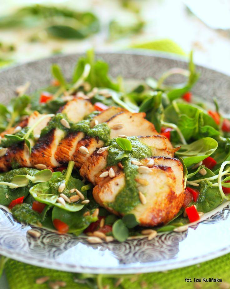 Smaczna Pyza sprawdzone przepisy kulinarne: Sałatka ze szpinaku z grillowanym kurczakiem i pesto koperkowym