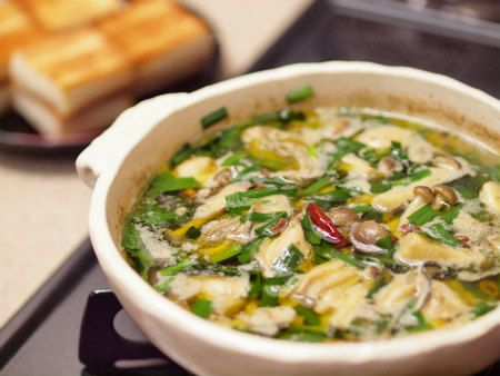 牡蠣のアヒージョ  材料 1人分  牡蠣(むき身) 200g  ニンニク  2かけ  ぶなしめじ1/2パック  ニラ1/8束  タカノツメ1/2本  オリーブオイル1/2カップ  アンチョビペースト小さじ1/2  しょう油小さじ1 ①牡蠣はザルに入れ、さっと振り洗い、アンチョビーペーストとしょうゆを入れ混ぜ水気を切った牡蠣を入れて馴染ませます。②ニラは短く切っておきます。③土鍋に薄く切ったニンニク、オリーブオイルを入れます。火加減は弱火④ニンニクに色が付き、タカノツメを加えたら①の牡蠣を加えます。ぶなしめじ、にらを加えひと混ぜしたらできあがり
