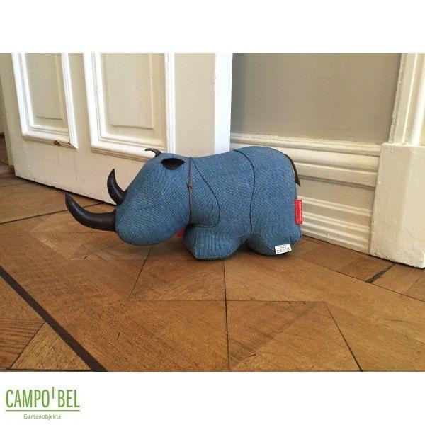 Türstopper Nashorn - Campobel  Keine Gefahr! Wer dem Türstopper nahe kommt, braucht keinen Angriff zu befürchten. Trotzdem stellt sich der kleine Koloss standfest gegen all die Türen im Haus, die entweder ein selbstschließendes Eigenleben haben oder vom Wind getrieben werden. Eine Sandfüllung verhilft dem Nashorn mit entscheidendem Gewicht zur Stärke. Gefertigt aus einem robusten Stoff und Hörnern und Ohren aus Leder hat man ein Haustier mit Charme, Charakter und Funktion.