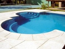 Escalera en la piscina