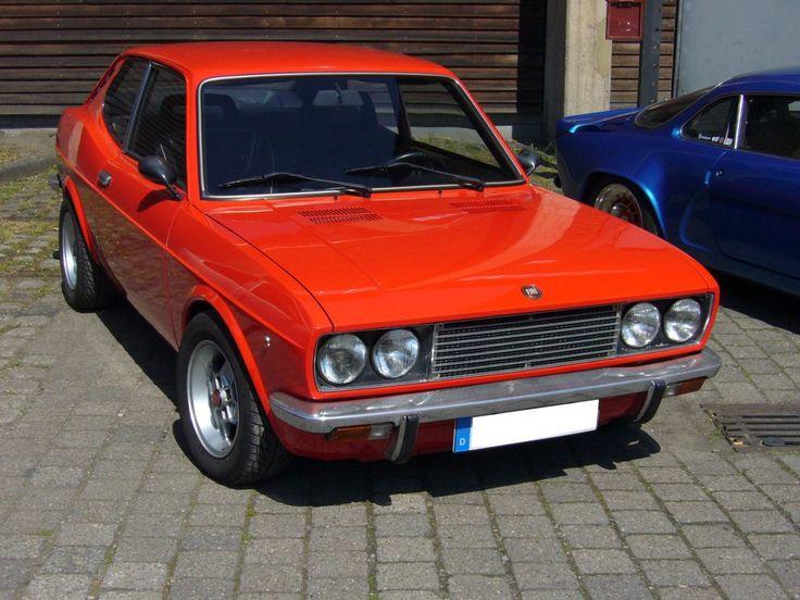 Fiat 128 Sport Coupe 1100 S. 1972 - 1975. Die 128`er waren die ersten Fiat mit Frontantrieb. Der 4-Zylinderreihenmotor mit 1.116 cm³ leistete 64 PS und verhalf dem 815 kg leichten Auto zu einer Höchstgeschwindigkeit von fast 150 km/h. Oldtimertreffen Kokerei Zollverein 01.05.2011.