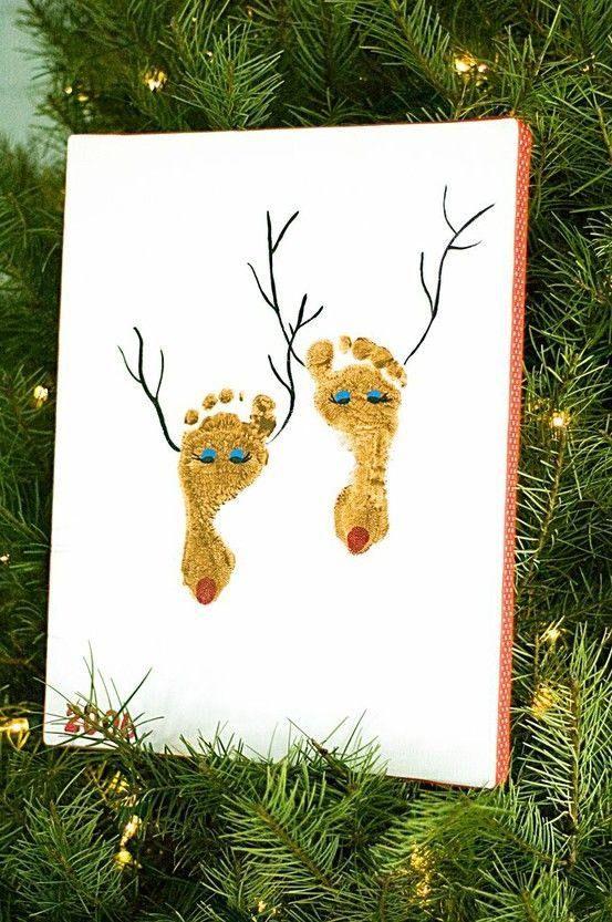 une carte de Noël blanche décorée de deux pieds de bébé - cerfs