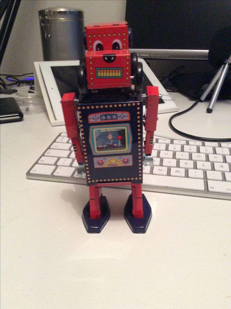 Neil Robot elsker den seje canadiske sangskriver Neil Young, deraf navnet.