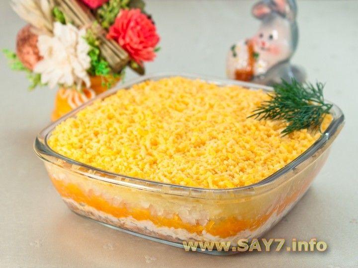 Салат МИМОЗА. Ингредиенты      200 г консервированной в масле рыбы (лучше всего сайры)     300 г картофеля     200 г моркови     150 г лука     4 яйца     соль     майонез