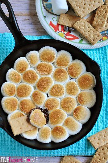 【手順】 230度に予熱したオーブンに鋳鉄フライパンを入れ温めたら取り出し、フライパンを回すようにしながら、溶かしバターを底面と側面に行き渡らせます。 フライパンの底部にチョコレートチップを注ぎ、フライパンの側面で指をやけどしないように注意しながら、チョコレートチップの表面上にマシュマロ半分を置いて完全にチョコレートをカバーします。 そして約5〜7分焼くか、マシュマロがお好みにトーストされるまで焼きます。 オーブンからフライパンを取り出し、5分間休ませます。