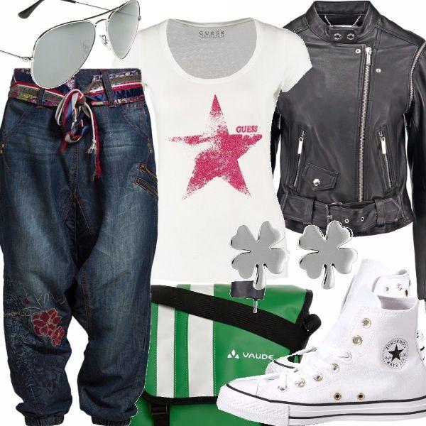 """Un outfit sportivo realizzato con un jeans a cavallo basso.  Viene chiamato Boyfriend Jeans  ovvero Jeans del fidanzato, un pò da maschiaccio.  Non aderente, consigliato a chi non vuole evidenziare le proprie forme e stare comode con un capo largo e dal tessuto leggero.  Abbinatelo con una  T shirt , un paio di sneakers ed un """"chiodo"""" nero, Questo outfitt è l'ideale per le giornate in relax con le amiche."""