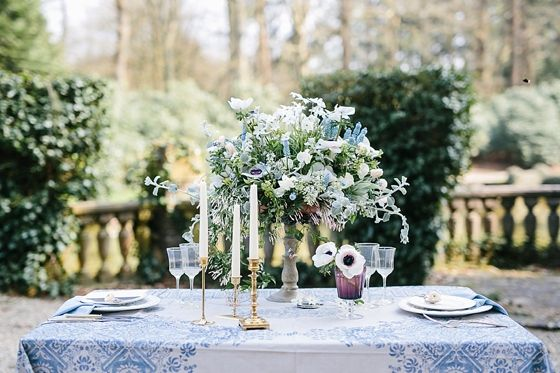 Dinertafel setting met prachtig boeket met blauwe bloemen. Photography by: Jennifer Hejna (http://www.jenniferhejna.com/) - Pinterested @ http://wedspiration.com. Stationery: Stijlvolletrouwkaarten (http://stijlvolletrouwkaarten.nl/)