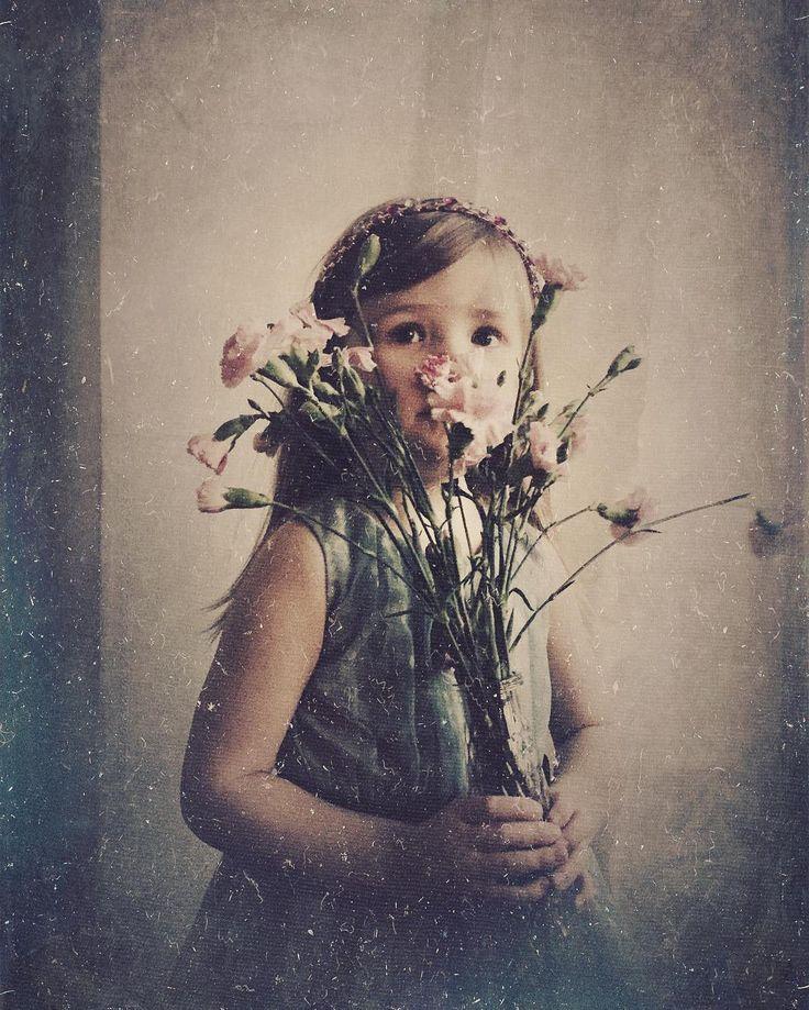Intia prinsessa . Hermosodankäynnin täyteinen kiljuva päivä kääntyi voitoksi kun villikko neitokainen suostui hetkeksi poseeraamaan upean auringonlaskun viimeinen henkäys hiuksissaan. Kiitos universumi. #portraitphotography #portrait #formulasapp #rsa_portraits #flowers #flowergirl #intiatyttö