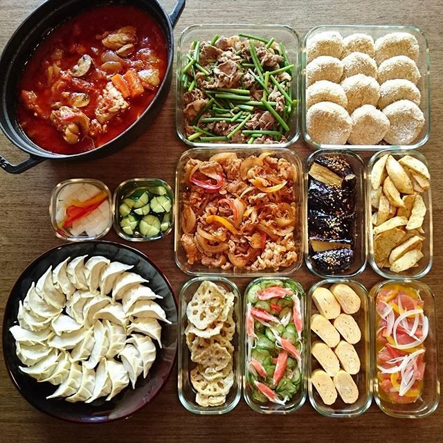 チキントマト煮込み/牛肉とニンニクの芽炒め/メンチカツ/ピクルス2種(大根・きゅうり)/ポークBBQ炒め/なす南蛮/青のりポテト/餃子/れんこんチップカレー味/きゅうり酢の物/卵焼き/スモークサーモンマリネ これと味玉、キャベツ千切り。  餃子包み係はいつも夫。タネにはいつもよりスープ多めに入れてみた。  #作り置き #常備菜 #おかず #つくりおき #つくおき #ストックおかず #料理 #cooking #instafood #foodphoto #staub #ストウブ #うちごはん #ごはん #instacook #instahomemade #homecooking #food #cooking #kurashiru