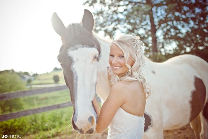 bridal pictures with a horse, knoxville wedding photographer, bridal portraits