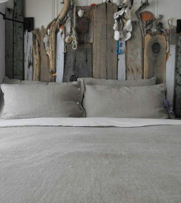 Hoofdeinde bed van strandhout/stenen/schelpen/drijfhout