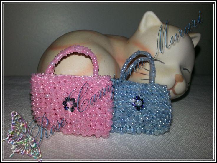 https://rosemurari.wordpress.com/2015/08/18/bolsinhas-de-micangas-para-bonecas/ Fiz estas bolsinhas usando linha de costura Drima (Corrente) 3 fios tecidos juntos, agulha de crochê 0,6 mm e miçangas.
