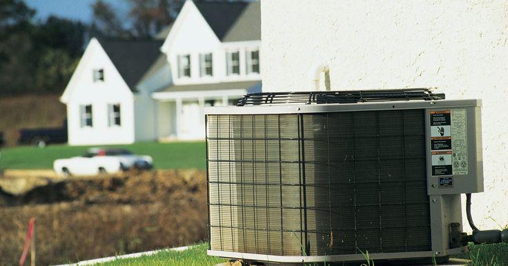 Cómo reparar un compresor de aire acondicionado. Arreglar los problemas de un compresor de acondicionador de aire aumenta la eficiencia de la unidad y prolonga su vida. Un compresor de acondicionador de aire tiene un motor con bobinas de encendido y de operación. El motor hace girar un pistón que comprime el refrigerante del sistema. Debido a la carga de alta presión que el pistón crea durante ...
