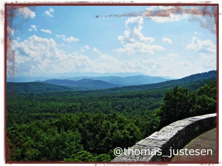 I love this trip to The US and drive on the Blue Ridge Parkway is a scenic road through the Blue Ridge Mountains in the eastern United States! #travel #traveling #travelgram #travelling #travelingram #traveler #travelphotography #travels #traveller #traveltheworld #travelblog #travelphoto #usa #america #american #unitedstates #blueridgeparkway #northcarolina #nationalpark #nationalparks #nationalparksusa