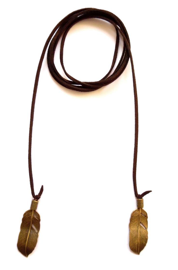 Wrap halsband i brun mocka med fjädrar i brons. Halsbandet går att bära på flera sätt.  Längd: ca 150cm lång och passar att vira 1-2 varv runt halsen.