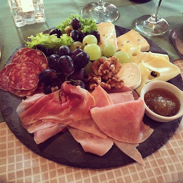 Winzerplatten - Enjoy a nice snack between meals   #operncafe #opernplatz #frankfurt #restaurant #food #foodporn #instagood #foodie #photooftheday #wine #picoftheday #instadaily #follow #instalike #igers #bestoftheday #tflers #meat #followme #cheese #grapes #love #salami #foodgasm #walnuts #yummy #yum #tbt #delicious #instamood