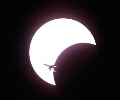 15 Ocak 2010 tarihinde meydana gelen ve 11 dakika 7.8 saniye süren bu güneş tutulmasında, ay, dünya ile güneş arasından geçerken o sırada geçmekte olan bir yolcu uçağının silüeti görülüyor. Fotoğraf Bangkok Tayland'da çekilmiştir.