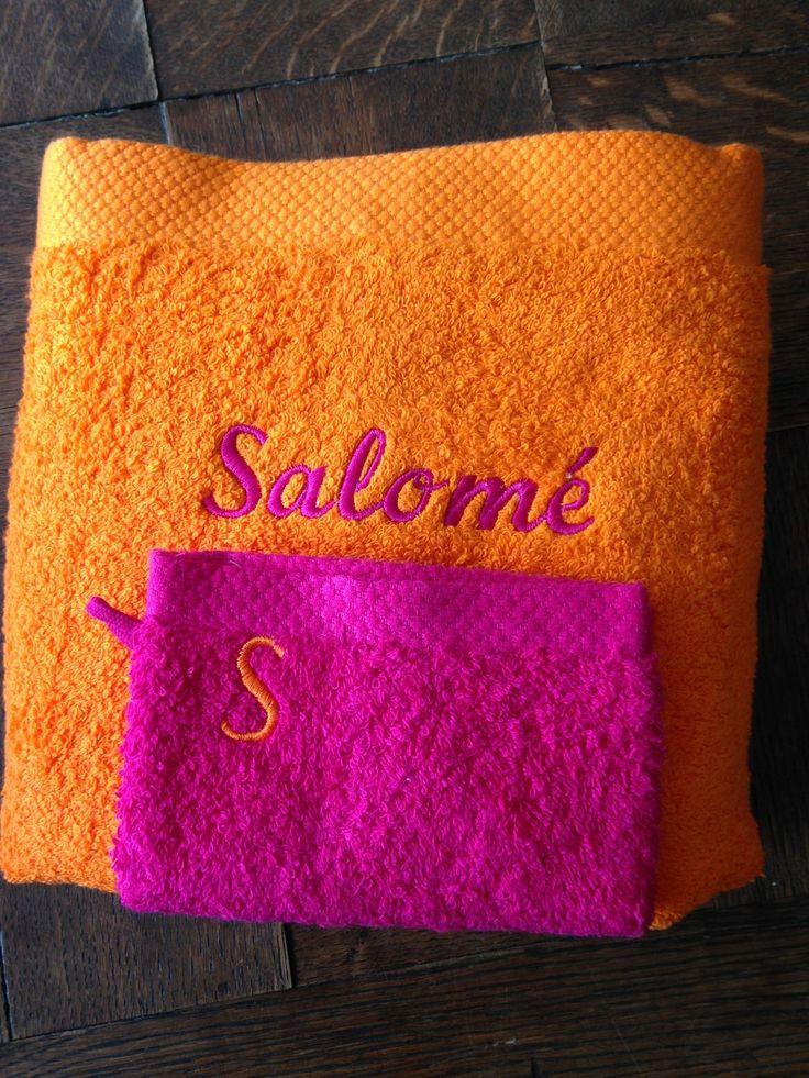 Serviette de bain orange brodée personnalisée : Textiles et tapis par atelier-de-pique-brodeuse