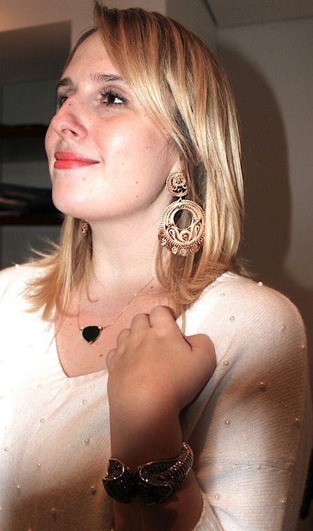 Ela conseguiu usar jóias chamativas sem ficar pesado. O segredo? Blusa neutra, brinco grande + colar pequeno e apenas uma pulseira superglamourosa. Vamos seguir o exemplo? Clica (via ByMK):