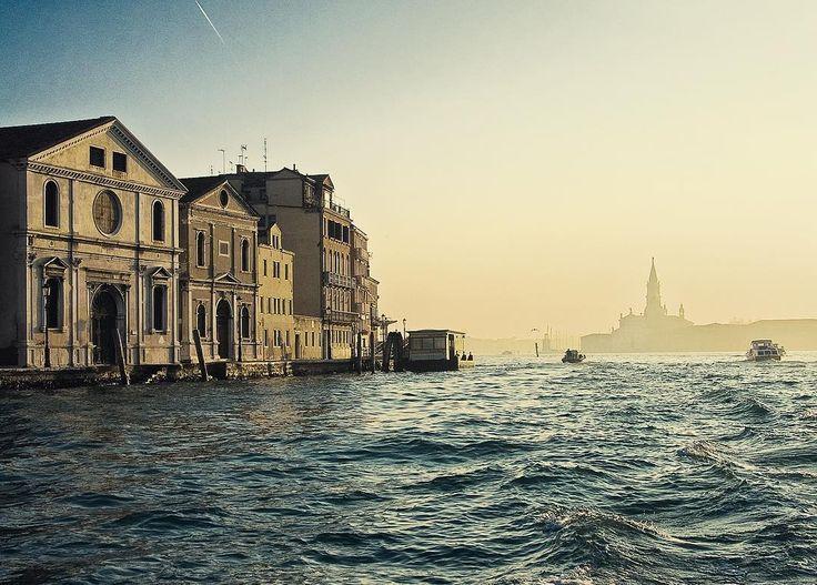 Расчехляем гондолы) Импортозамещение в действии - сегодня видимо день Венеции в Москве) #venecia #moscow #mywork by dvelichko