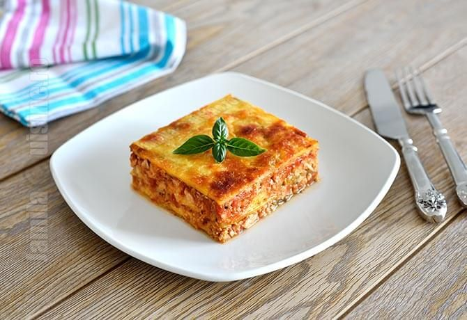 Lasagna cu dovlecei a devenit de curand reteta mea preferata de lasagna. Pur si simplu imi place mai mult decat varianta clasica, este mai usoara, aromat...