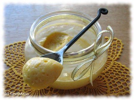 Lemon curd eli sitruunatahna on kirpeän makeaa levitettä, jota käytetään perinteisesti vaalean paahtoleivän päällä, mutta on monikäyttöinen leivonnassakin: kakun täytteenä hillon asemasta, kermavaahtoon sekoitettuna pursotuksissa tai täytteessä, täytepikkuleipien välissä jne. Lemon curdia myydään myös limen makuisena. Kaupassa purkit sijaitsevat hillojen ja marmeladien lähistöllä. Lemon curdia voi tehdä myös itse. Aivan yhtä supersileään lopputulokseen ei kotikonstein […]