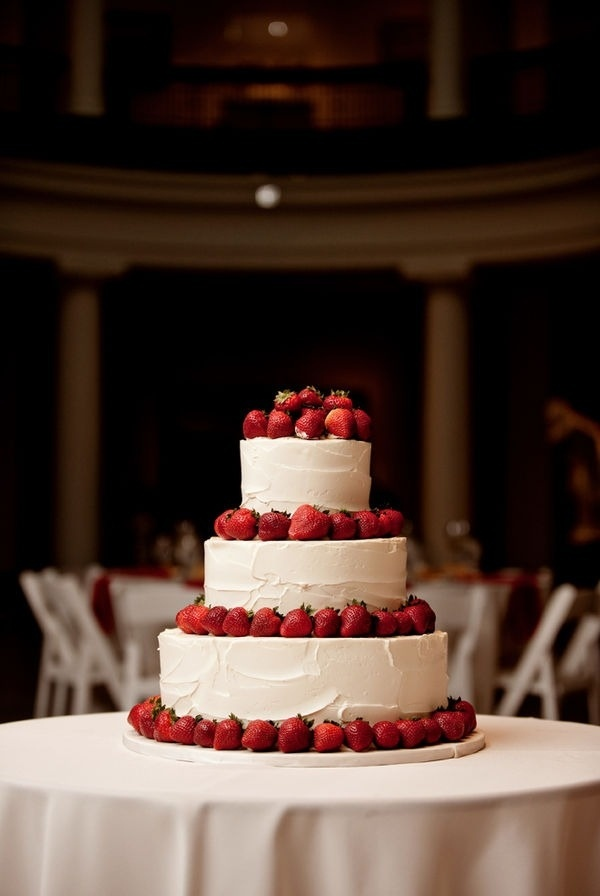 Awesome strawberry and cream wedding cake. Perfect for my Scandinavian summer wedding! #wedding #cake #sweets #strawberry
