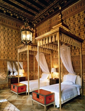 Guest room rooms//  Toni Duquette for Dodie Rosekrans at Palazzo Brandolini / Indian fabric walls / Renzo Mongiardino in the 60's