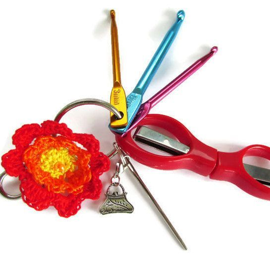 Forgotten something essential? Be prepared for anything with this cute lightweight crochet and knitting kit in 5 beautiful colours, easily clipped to a handbag or project bag. Never get caught again without the tools you need! #crochet #knitting #craftastherapy #crochetgift #christmasgift