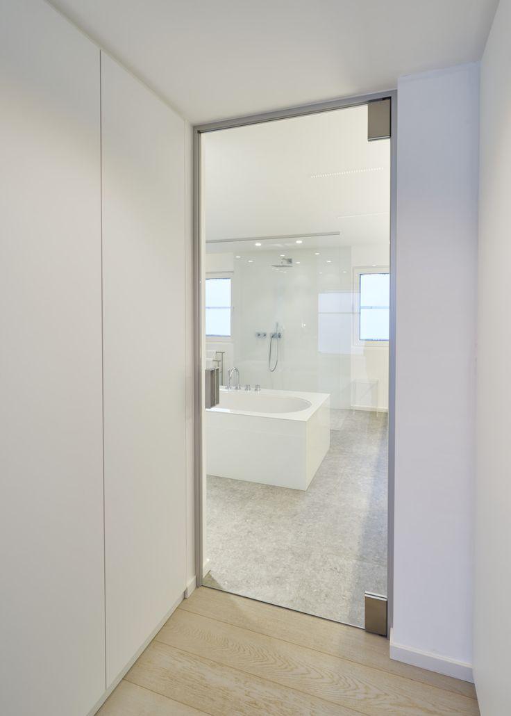 Glazen deur met minimalistisch frame rondom ter afsluiting naar tocht en akoestiek. Geen inbouwelementen in de vloer! Richtprijs +- 1350.00 euro excl. BTW ( 2600 x 900mm )