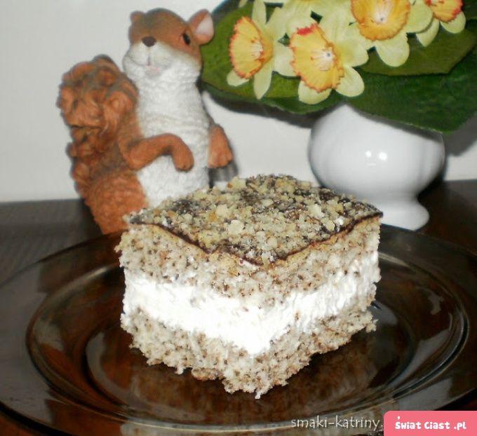 delikatne i lekkie ciasto orzechowe z bitą śmietaną - Swiatciast.pl