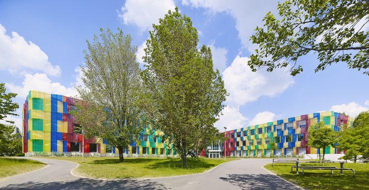 #Architectour Luxembourg I 16: Luxembourg – Athénée, Bâtiment d'accueil temporaire Bâtiment provisoire en forme de fleur pour 1400 élèves avec revêtement en fibre de verre. Les couleurs de la façade, qui correspondent au spectre visible pour l'être humain et qui s'étendent de l'ultraviolet à l'infrarouge, attirent les regards.  Architectes: BRUCK & WECKERLE ARCHITEKTEN SARL  Ingénieurs-Conseils: RMC CONSULTING SARL,TECNA SARL Photographes: Lukas Roth Suivez quatorze itinéraires à travers le…