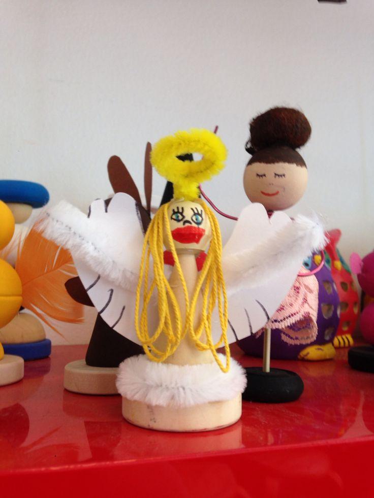 """Engel af """"træklosser"""" og piberensere og tegnet ansigtet af børnene"""