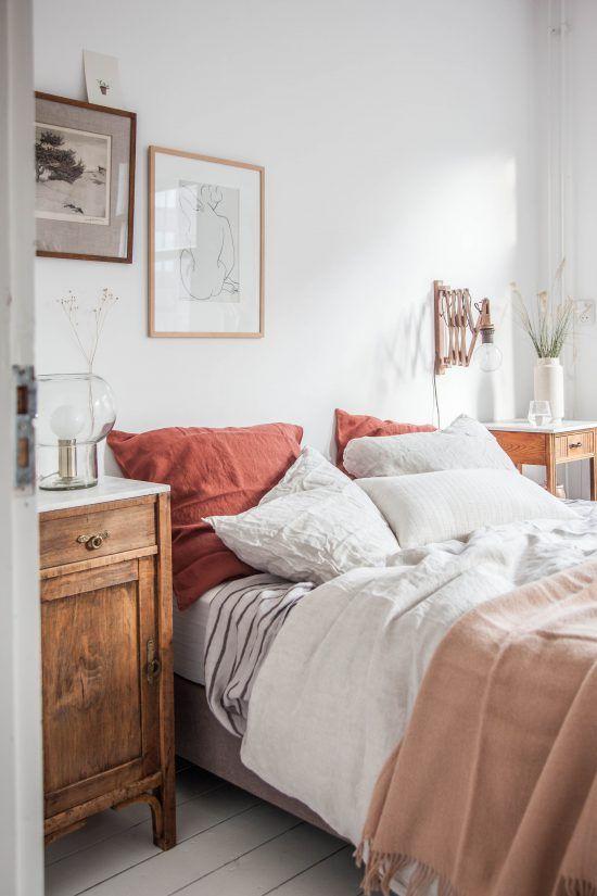 białe deski na podłodze + stare szafki jako stoliki nocne + kinkiet typu harmonijka