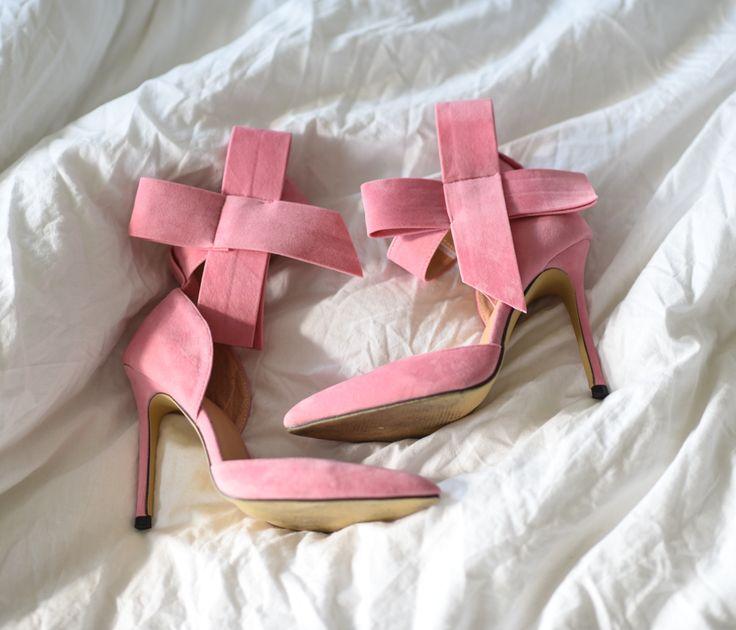 Gleich drei paar Schuhe habe ich mir letzte Woche gegönnt. Diese Schätze habe ich auf dem Onlineshop Sheln gefunden und es war Liebe auf den ersten Blick. #pumps #pink #shein #schleife #heels #rosa  http://fashiontipp.com