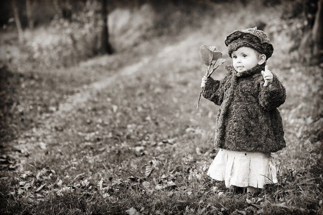 Photo d'enfant en noir et blanc, automne. Photos d'enfants entre Lyon et Saint-étienne