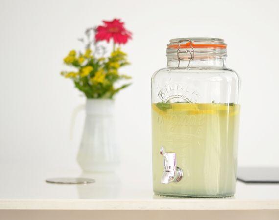 """Dispensador de bebidas con grifo, botellas y tarros de cristal tipo """"Mason jar"""", marca Kilner, para servir bebidas frías tipo picnic. Envíos gratis a partir de 50€"""
