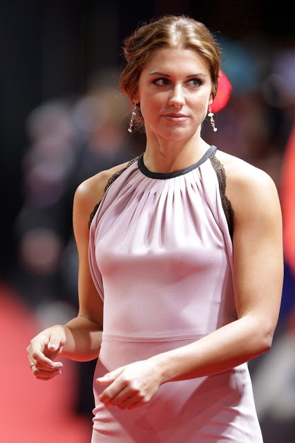 Alex Morgan flaunts a pink floor-length gown at the FIFA Ballon d'Or Gala 2012 in Zurich - My Face Hunter