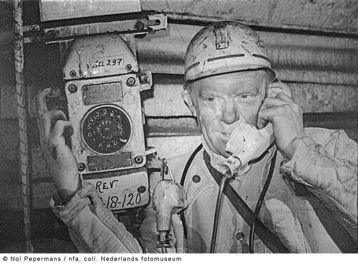 Mijnwerker telefoneert vanaf de 546 meter verdieping, Staatsmijn Emma, Hoensbroek (1973)
