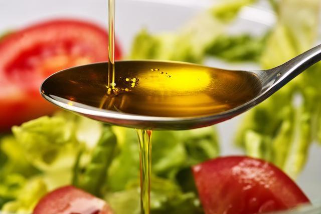 Hoy veremos 5 aderezos para ensaladas fáciles y rápidos. Muchos ingredientes pueden ser incorporados en el aderezo para nuestras ensaladas. La verdad es que usualmente usamos uno básico de aceite, vinagre, sal y pimienta o algo parecido y usar siempre lo mismo se vuelve aburrido.Para que tus ensaladas no sean