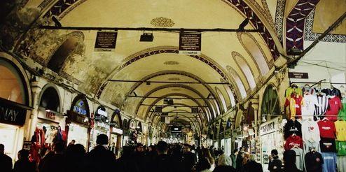 Гранд Базар - самый большой крытый рынок мира. По разным данным, здесь есть от 4до 4,5 тысяч лавок. В Kapalıçarşı есть 60