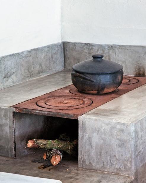 かまど風 〜〜〜 3. In between main grill/fireplace and pizza oven.