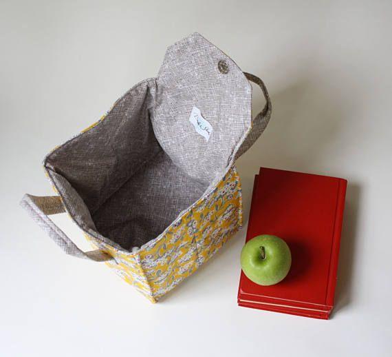 Vous cherchez une solution adorable et pratique pour transporter votre Bento box ou déjeuner?  Ce sac à lunch dispose de Mimosa tissu par un autre Point de vue. L'intérieur est un modèle de hachage gris - dans les coulisses de Moda. Parfait pour les dons!  Caractéristiques: Ce sac à lunch isolé est conçu pour poignée large et plat boîtes, qu'ils soient boîtes à Bento, contenants réutilisables ou plats surgelés. Les deux poignées assurant l'équilibre et une facilité lors de la réalisation…