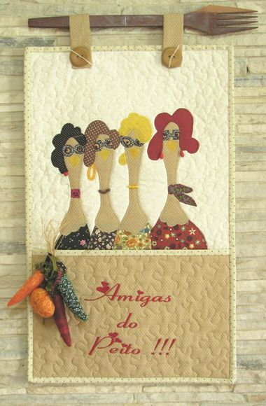 """Deixe sua cozinha ainda mais charmosa! Panô para enfeite da parede da cozinha. Feito em patchwork, com quilt no tecido de fundo e bordado escrito """"Amigas do peito"""". Excelente para dar de presente para uma amiga querida. Com bolso para guardar objetos. Detalhe de enfeite com pimentas e abóbora. Suporte de madeira em forma de garfo ou colher (conforme disponibilidade). Fazemos jogos de cozinha completos, consulte. R$ 139,00"""