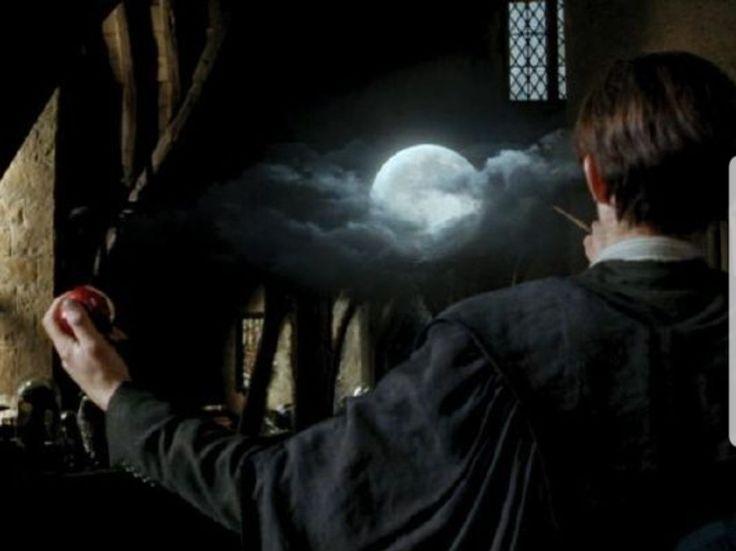 In Harry Potter And The Prisoner Of Azkaban During The Boggart Scene We See Remus Lupin Standing In F Libros De Harry Potter Prisionero De Azkaban Harry Potter
