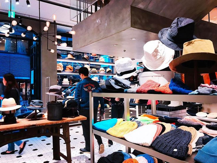 Even though a hat is a Western invention, we have a great hat store in Japan. CA4LA is definitely one of the chicest hat stores in Japan. Their hat collection, their interior design, their outfit ideas...everything is so stylish.