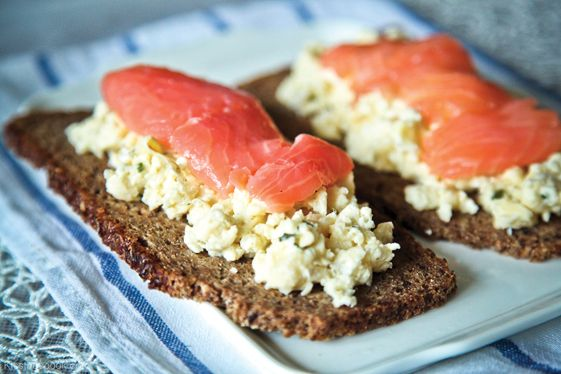 Помню, как пробовала нечто подобное в Исландии. Черный хлеб из непросеянной муки с семянами подсолнуха или тыквы, яйца всмятку и рыба сверху. Проще не придумаешь :) Обычно такие бутерброды часто делают в скандинавских странах