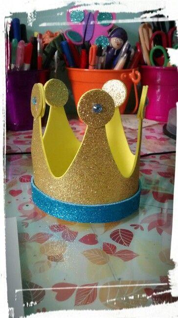 Coroa em E.V.A Gliter. Pode ser utilizada como lembrança ou arranjo de mesa.