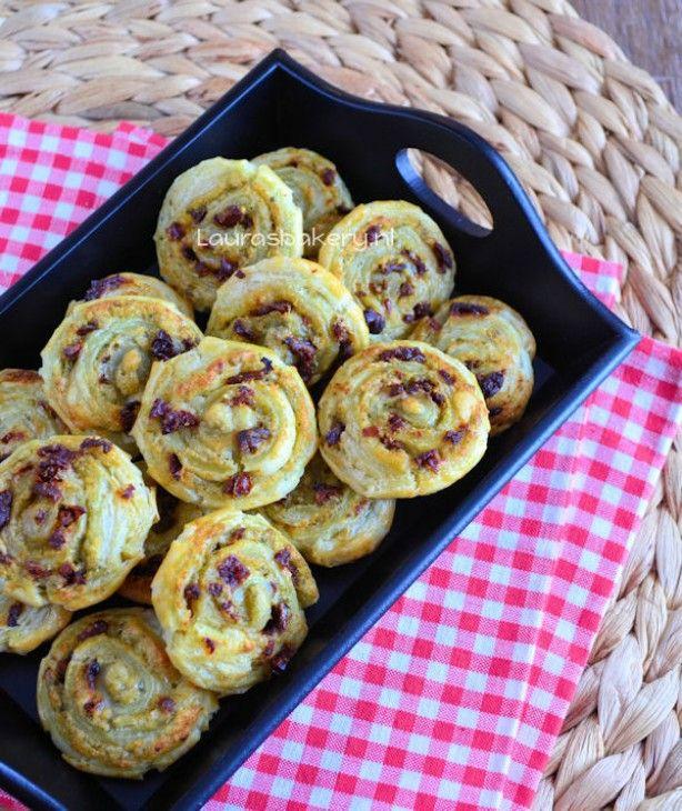 Hartige spiralen met pesto, parmezaanse kaas en zongedroogde tomaatjes