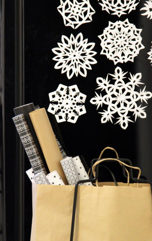 Lumihiutaleita paperista. Snowflakes made of paper.